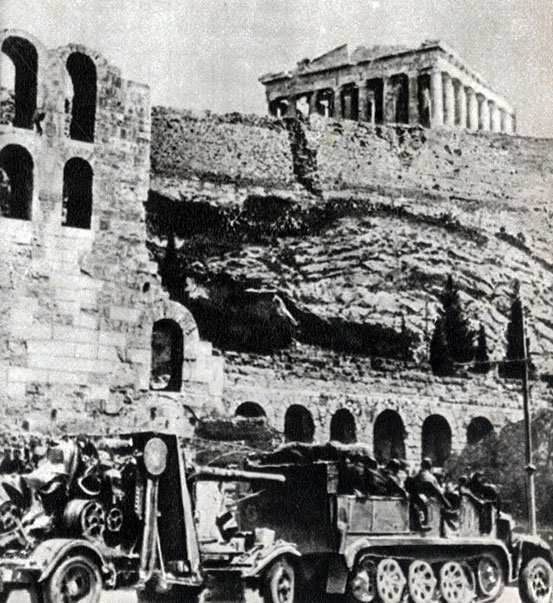Фашистские оккупанты у стен древнего Акрополя в Афинах.  1941 г.