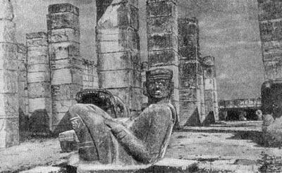 Статуя Чак-Моол перед