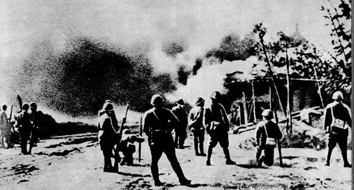 Японские интервенты сжигают