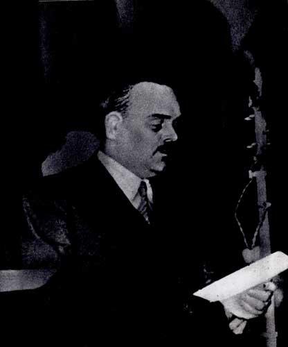 Председатель ВЦСПС СССР H. М. Шверник выступает на международном конгрессе мира. 1932 г.