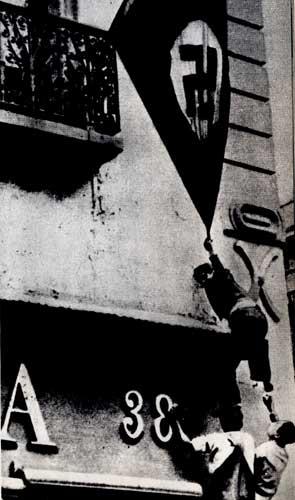 Патриоты Мексики срывают фашистский флаг со здания посольства Германии. Мехико. 1934 г.