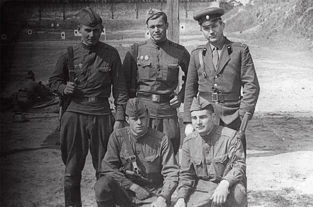Во втором ряду крайний справа Котляров Е.А. накануне ввода войск в Чехословакию