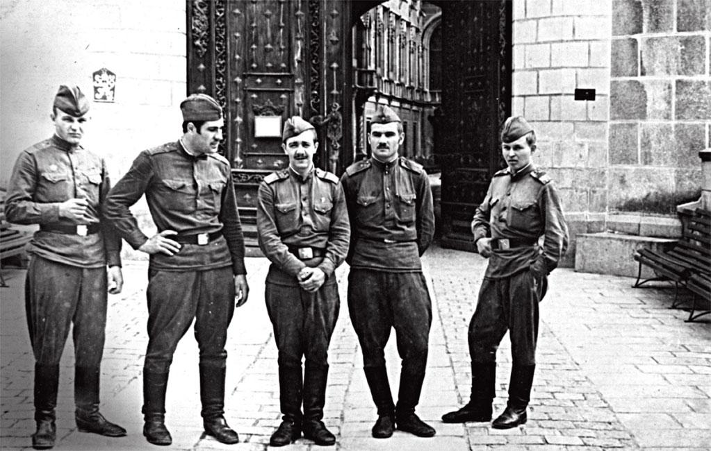 Чехословакия, август 1968 года. На снимке в центре Н. Винников с боевыми друзьями 20-й ТД