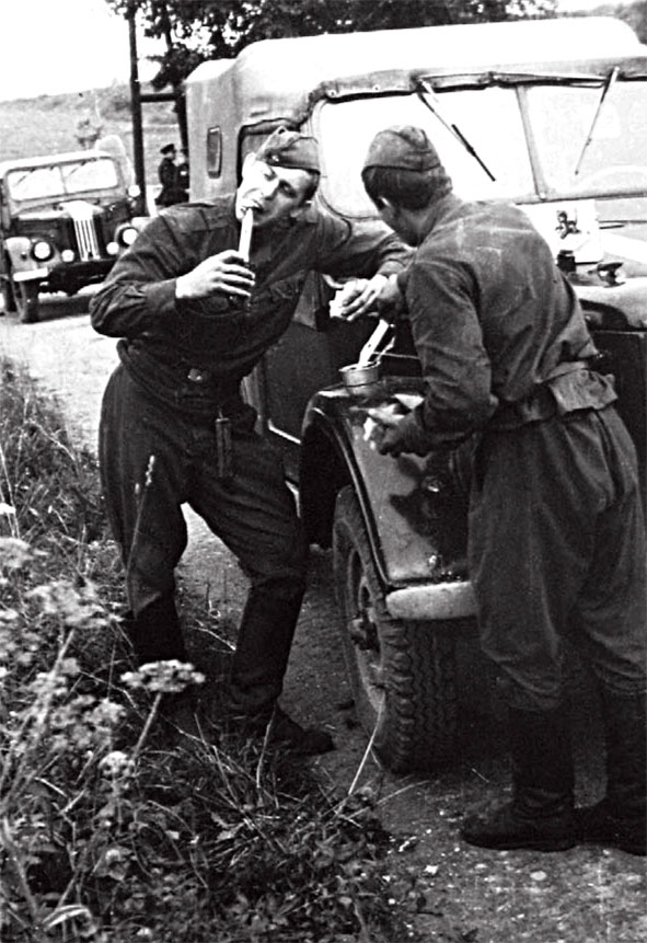 21 августа 1968 года. Короткий привал на границе ГДР - ЧССР. Фото В. Калиниченко