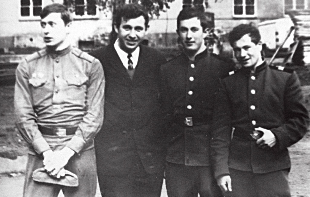 После пражских событий. Ноябрь 1968 года. Слева направо: Ю. Утенков и В. Калиниченко с сослуживцами