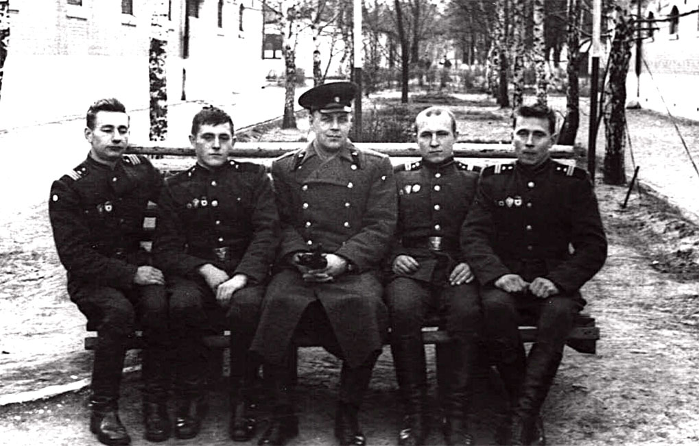 Старшие механики-водители 9-й танковой роты. В центре зампотех. батальона майор Башкин. Крайний слева Головко Н.И