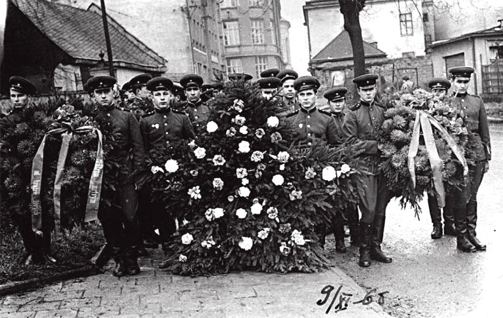 Возложение венков на могилы советских солдат, погибших в 1945 году, ЧССР, г. Брунталь, ноябрь 1968 года