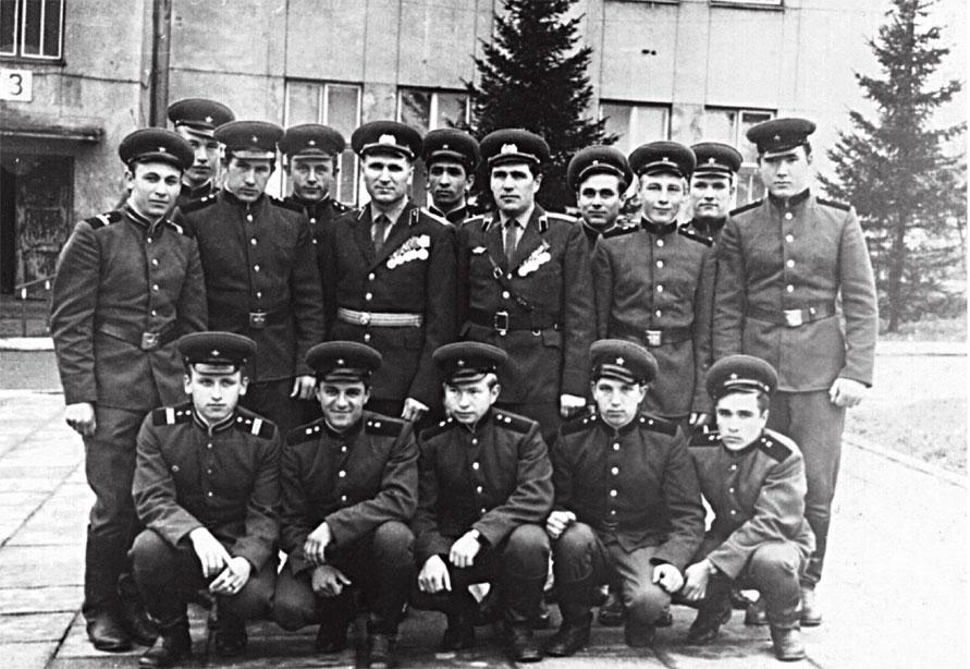 В центре: командир части Ткачев, справа от него ком-р взвода старшина Петров П. Во втором ряду 4-й справа налево Кодинцев Н.И.