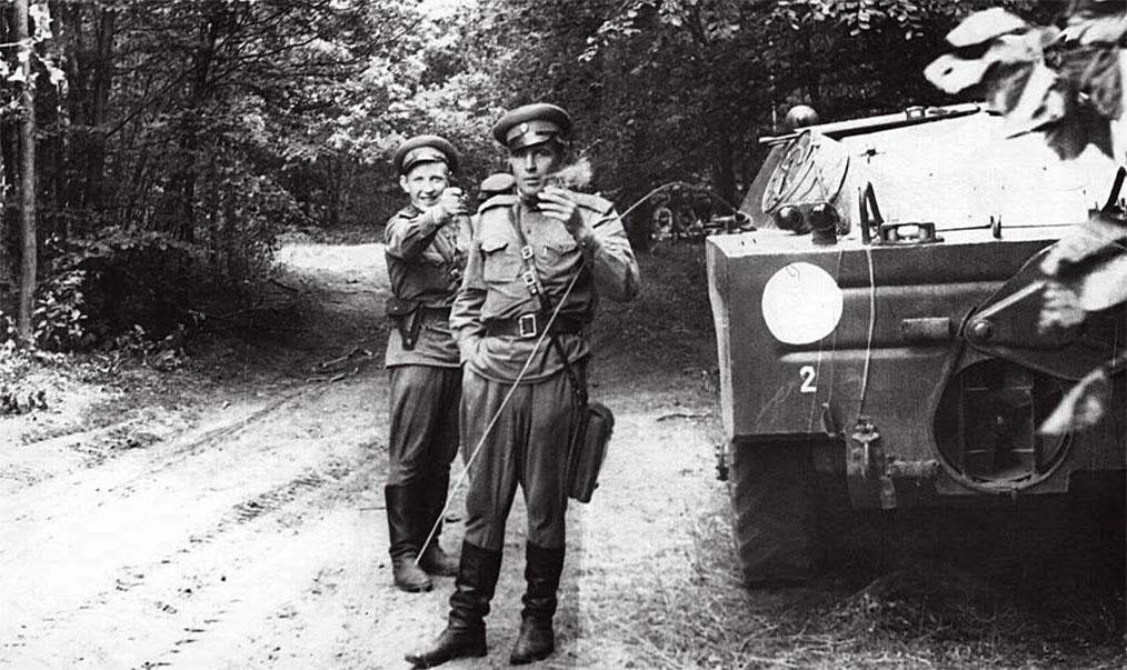 ... Выражение 'зеленка' бытовала в солдатских кругах уже тогда... В лесной местности Судетской области ЧССР во время планирования боевой операции. Первым стоит лейтенант Максименко