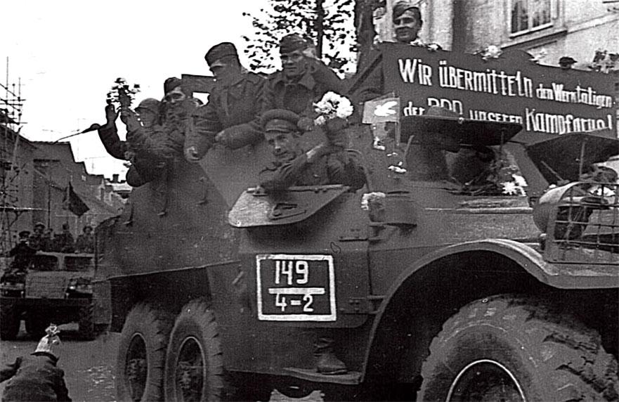 Возвращение из Чехословакии на постоянное место дислокации в ГСВГ. Ноябрь 1968 года. Радушные приветствия населения ГДР. На плакате - 'Мы передаем наш боевой привет трудящимся ГДР'