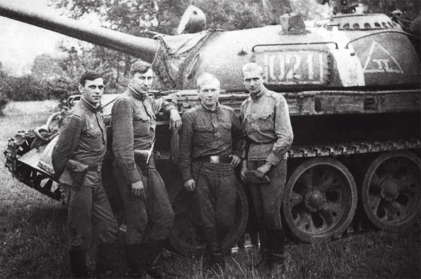 23 августа 1968 года г. Прага, ЧССР 2-й танковый взвод. Крайний слева командир танкового взвода Садков Н.Г.