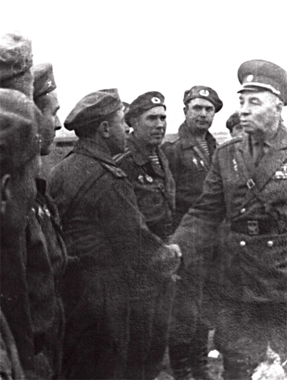 Маргелов В.Ф. (крайний справа), встретившись с группой офицеров, приветствует командира полка 7-й гв. ВДВ подполковника Красного. Чехословакия, район Пражского аэропорта, 21 августа 1968 года