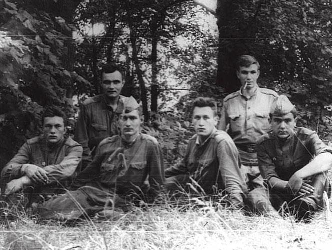 На групповой фотографии Соболев Н.Д. во втором ряду первый справа