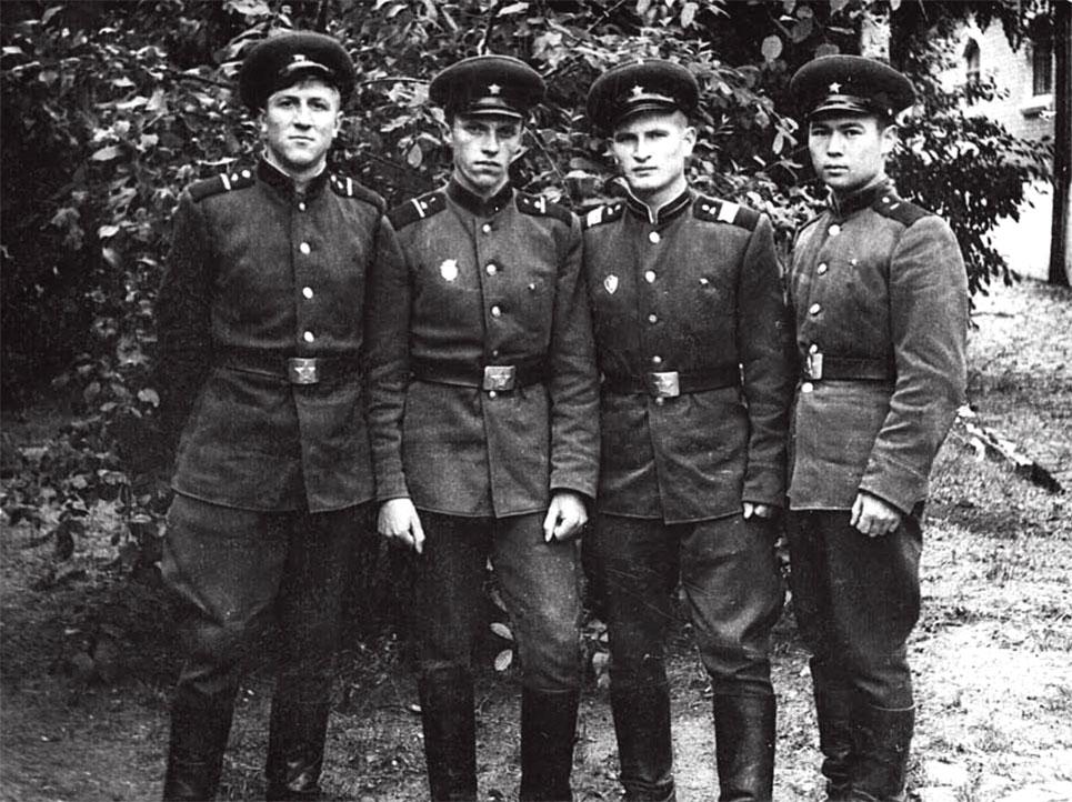 Второй справа налево командир танка Локтев Г.В. со своим экипажем