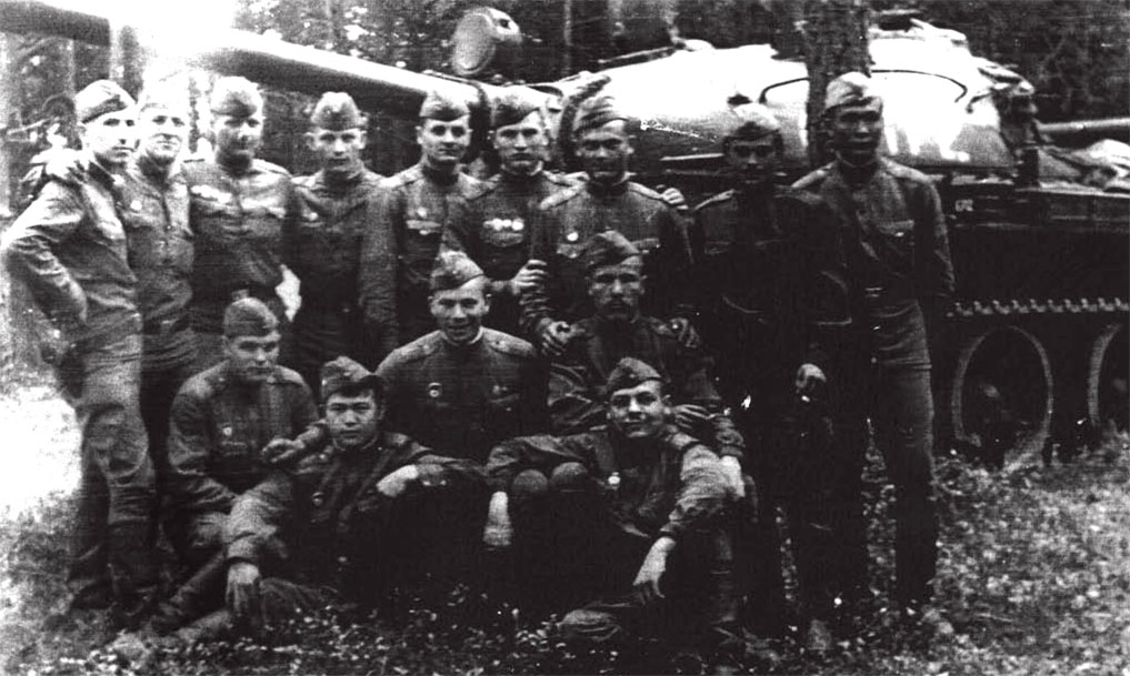 Первые привалы после долгих маршей, на опушке леса в районе Собеслав. Четвертый справа налево, во втором ряду Локтев Г.В. с однополчанами