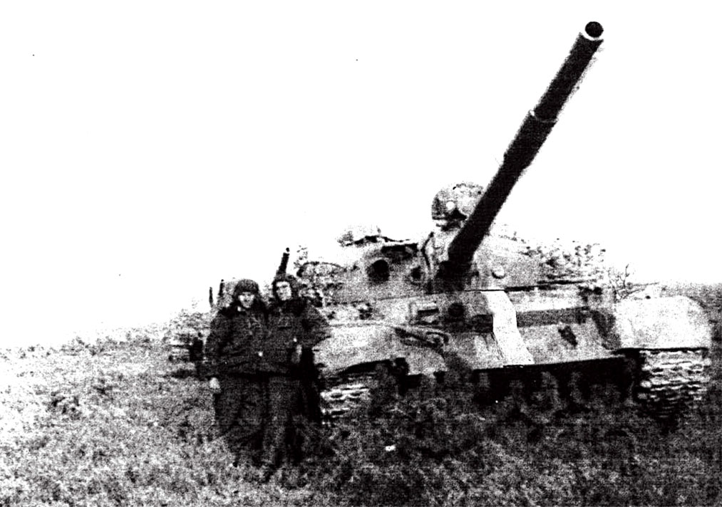 Солдаты-танкисты на фоне боевой машины