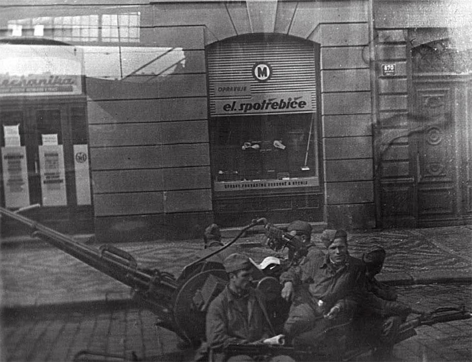Подразделения 7 гв. ВДД на улицах Праги при выполнении боевых задач