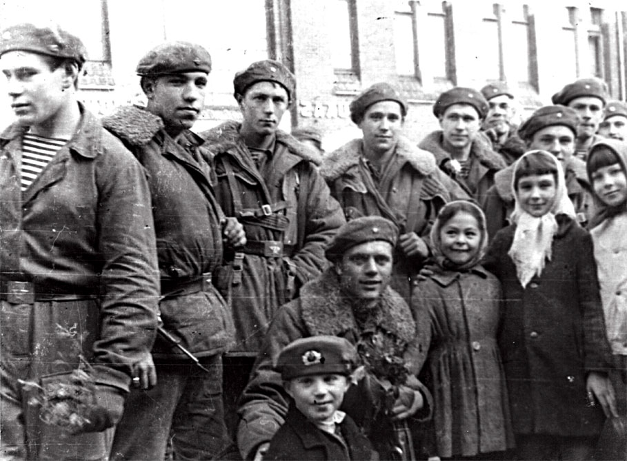 Перед погрузкой для возвращения в Союз, десантников пришли провожать чехословацкие дети... Опасность была уже позади... Октябрь 1968 г.