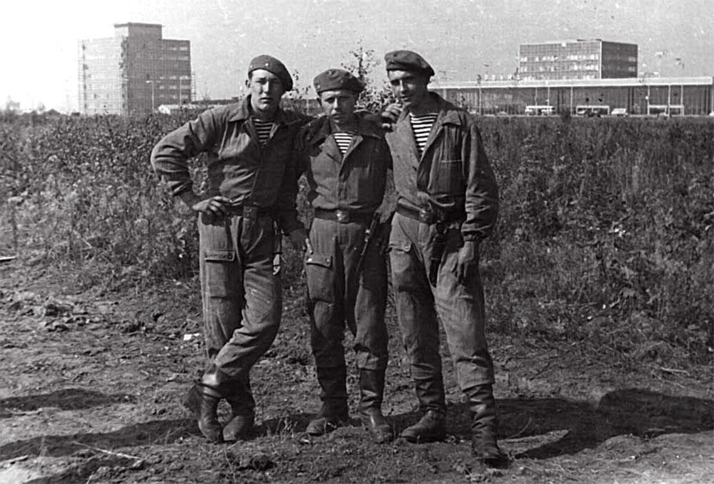 27.11.1968 год, аэропорт Рузине Чехословакия. Слева направо: Гончаров Михаил, Радченко Владимир, Кравченко из Ростовской области