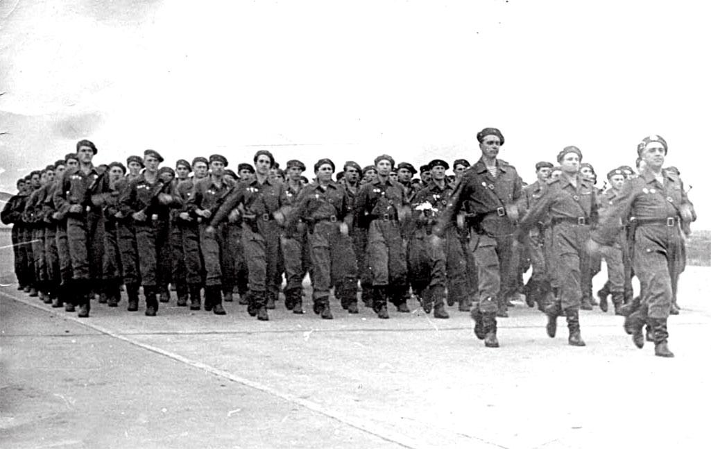 После приземления на Родине по выполнению боевых задач в ЧССР и первое прохождение торжественным маршем