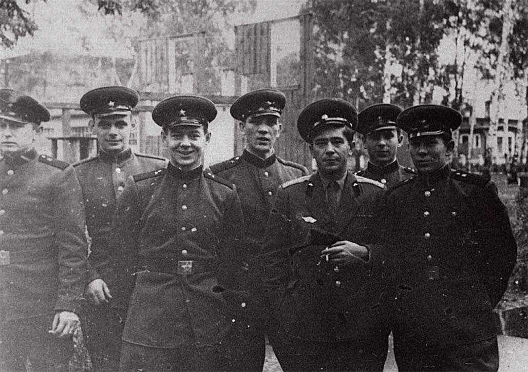 Первый слева - Демьяновский Валерий, второй Кораблев, пятый - капитан Волков, седьмой Малый Е.Н.