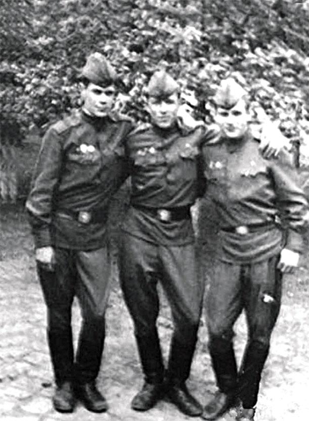 Слева направо: младший сержант Кошелев Сергей, рядовой Бахтеев Виктор, и младший сержант Ермилов Валерий