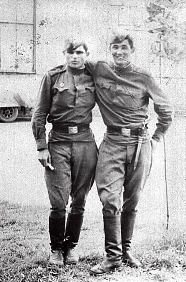 Слева - Тихон Исаев, справа - Куаншпеков Марат Садыкович, после возвращения на 'зимние квартиры', г. Легница, СГВ, расположение вертолетного полка