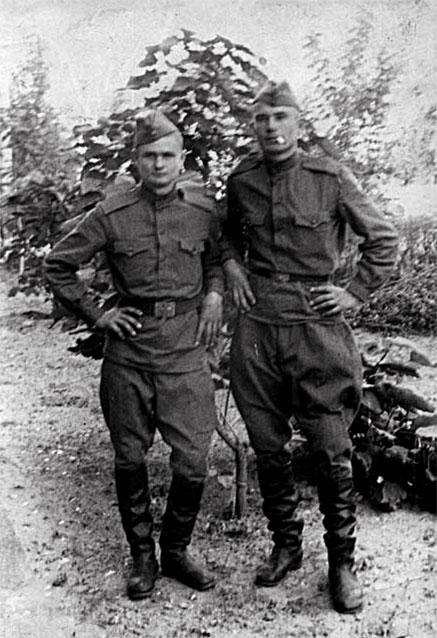 Гринкин Николай Емельянович (справа) с сослуживцем Мосинцевым Григорием