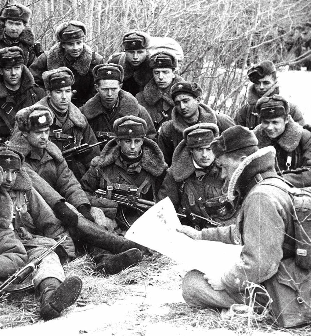 Перед возвращением в Союз - политинформация (Василевский А.А. в центре, в первом ряду)