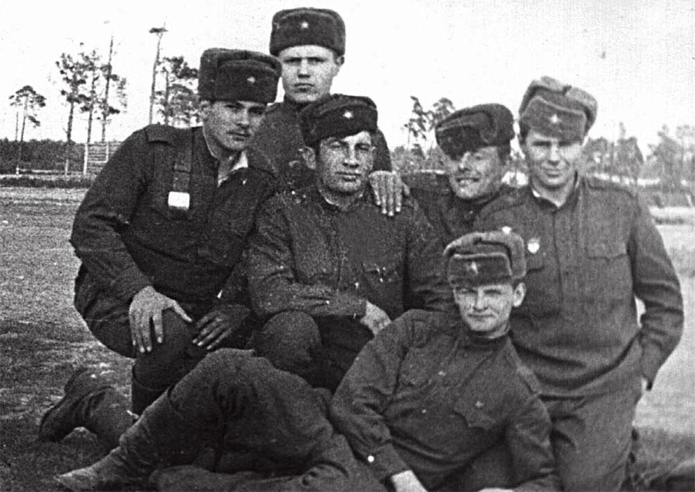 Колосов А. А. (в первом ряду) с сослуживцами из 255-го гв. МСП. Во втором ряду первый слева - Гаев Рафаил из Осетии, первый справа - Труфанов из Краснодарского края