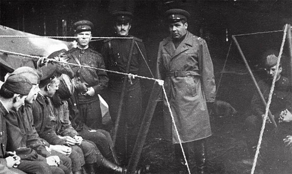 На политинформации - справа стоит командир части подполковник Петр Федорович Буреев, на заднем плане - нач. экипажа Остроухов Виктор (с усами), Локтев Михаил сидит первый слева