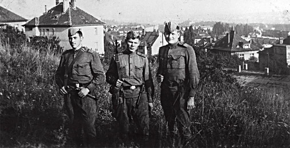 Градинар Л.А. (в центре) с сослуживцами