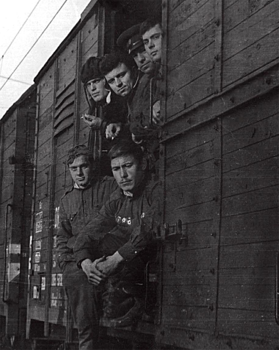 Чехословакия, возвращение на 'зимние квартиры', ноябрь 1968 года (Рыбкин М.М. во втором ряду первый справа)