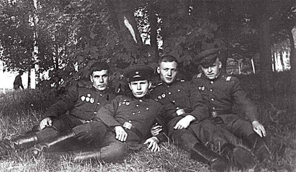 Крайний слева Семенцов Николай, второй за ним - Семенцов Виктор
