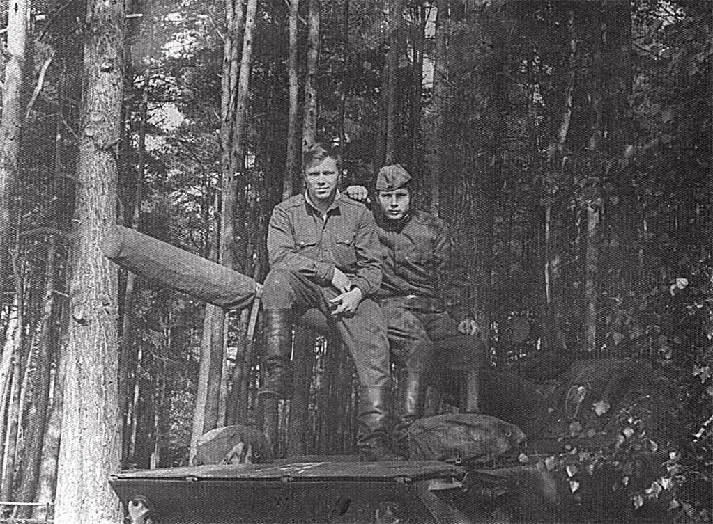 Чехословакия, октябрь 1968 года, район г. Кладно, справа Семенцов Виктор