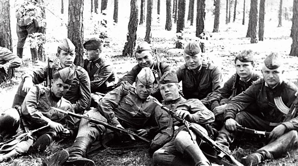 Перед началом выполнения боевой задачи. Второй справа во втором ряду Семенцов Виктор