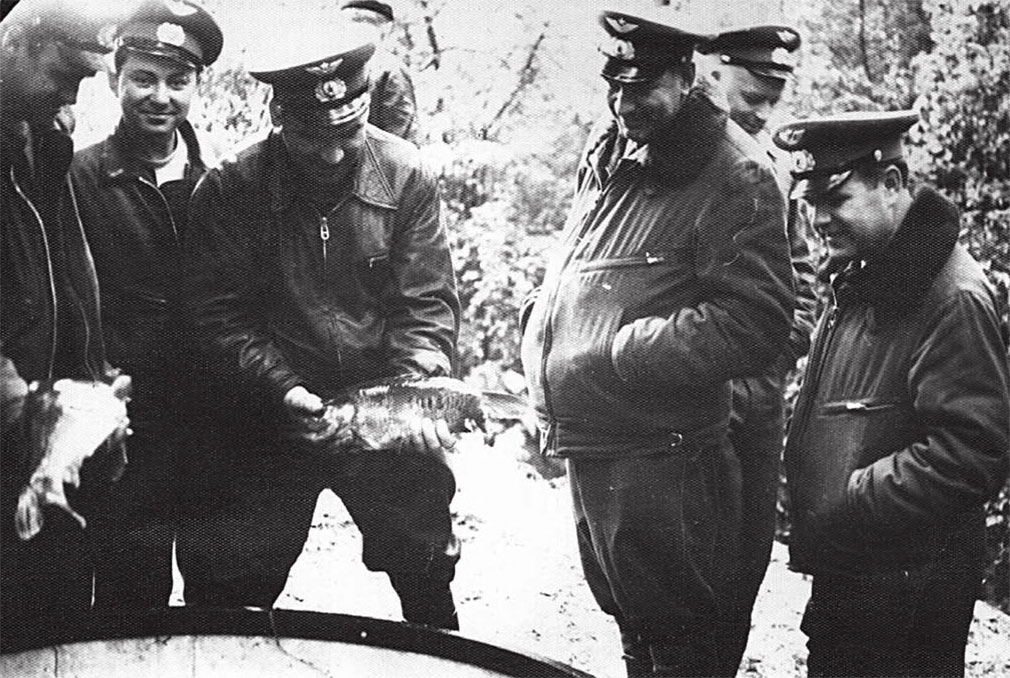 Командир полка, подполковник Ю.Ю. Немцевич с рыбой, рядом зам. командира полка Трофимов