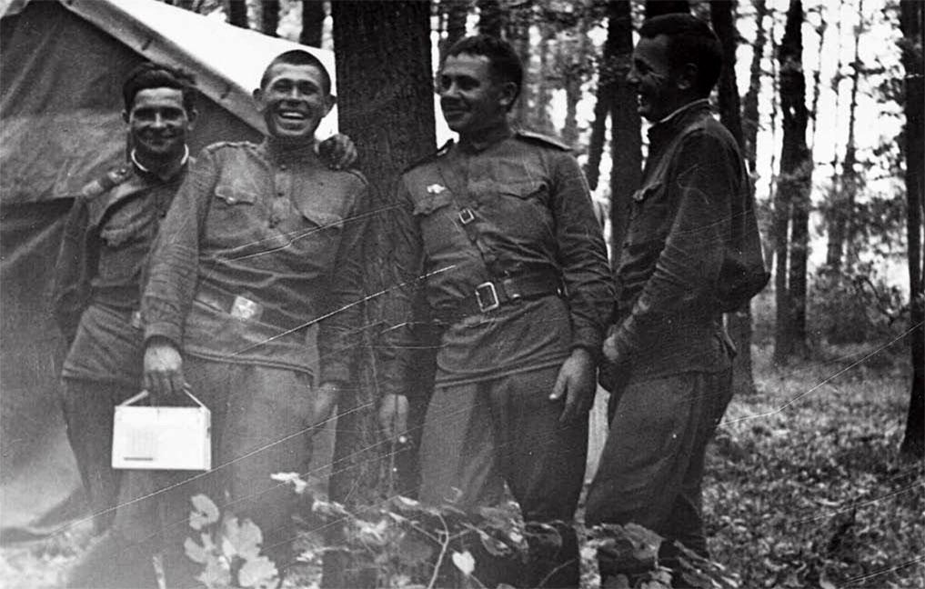 Польский В.А. (первый слева) с сослуживцами, Чехословакия, август 1968 год