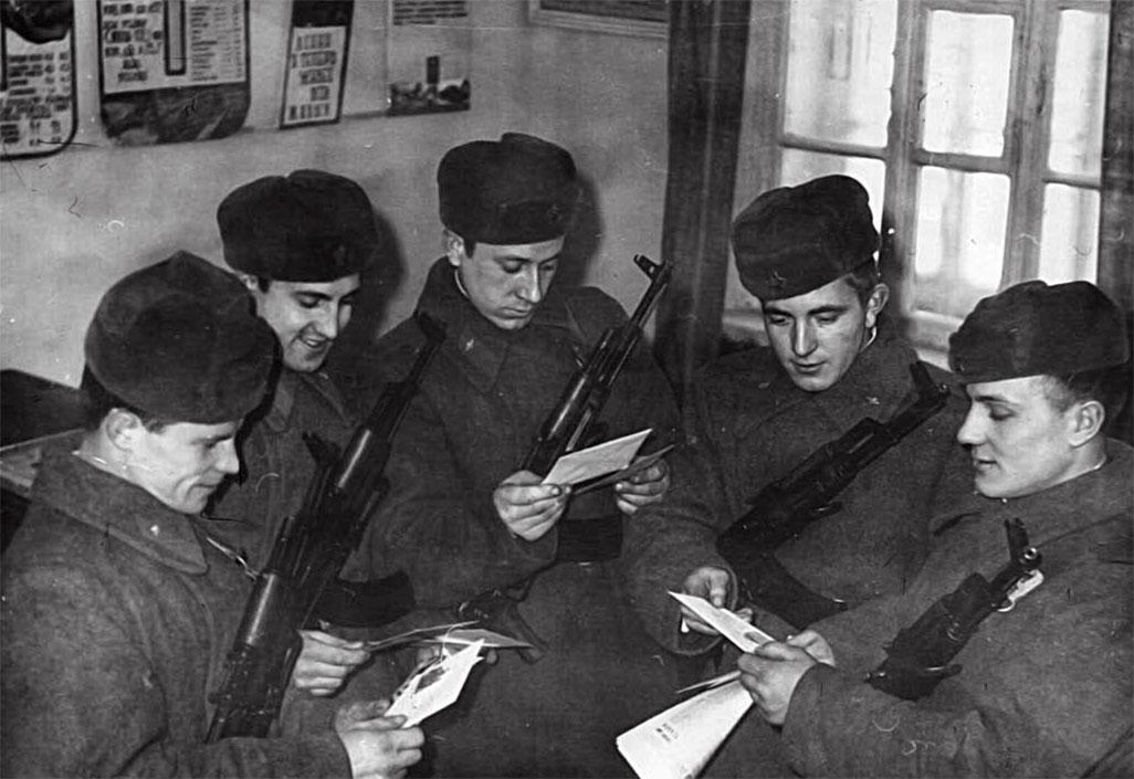 Ю. Соболев (второй справа) доставлял сослуживцам весточки от родных и близких, выполняя обязанности почтальона