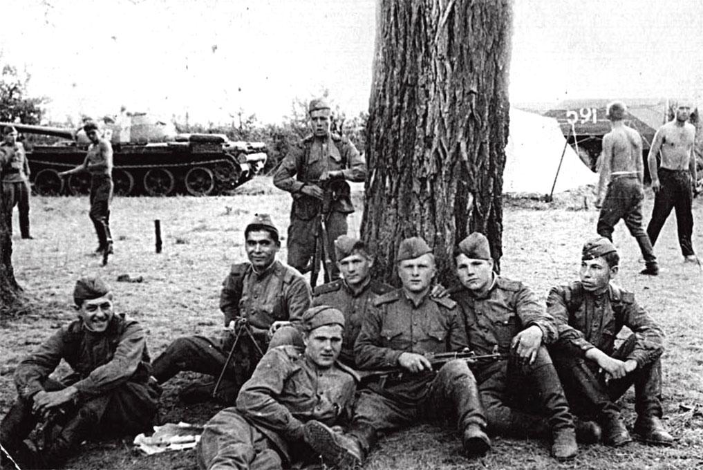 В лесу Чехословакии, осень 1968 год, Жиляев Ю.А. в центре с автоматом, и сослуживцы: Мигбаев, Кутищев, Аскаров, Шариков, Зеленков, Федоров, Мурзаков