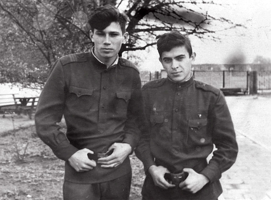 Справа: рядовой Миргород П.И., слева - сержант Путилин из г. Краснодара, командир расчета