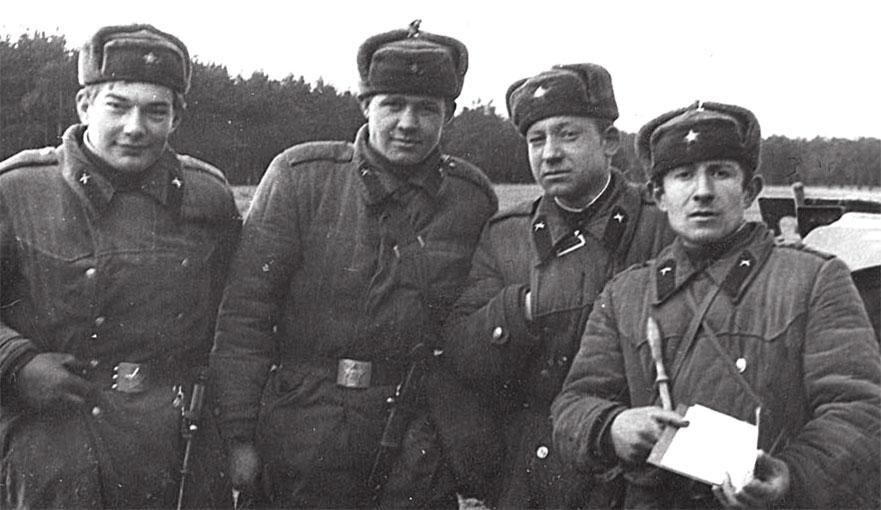 Может кто-нибудь узнает себя спустя много лет... Крайний справа: сержант Мазутаев из Дагестана, командир орудия, рядом -Дугаев Алексей из Волгограда