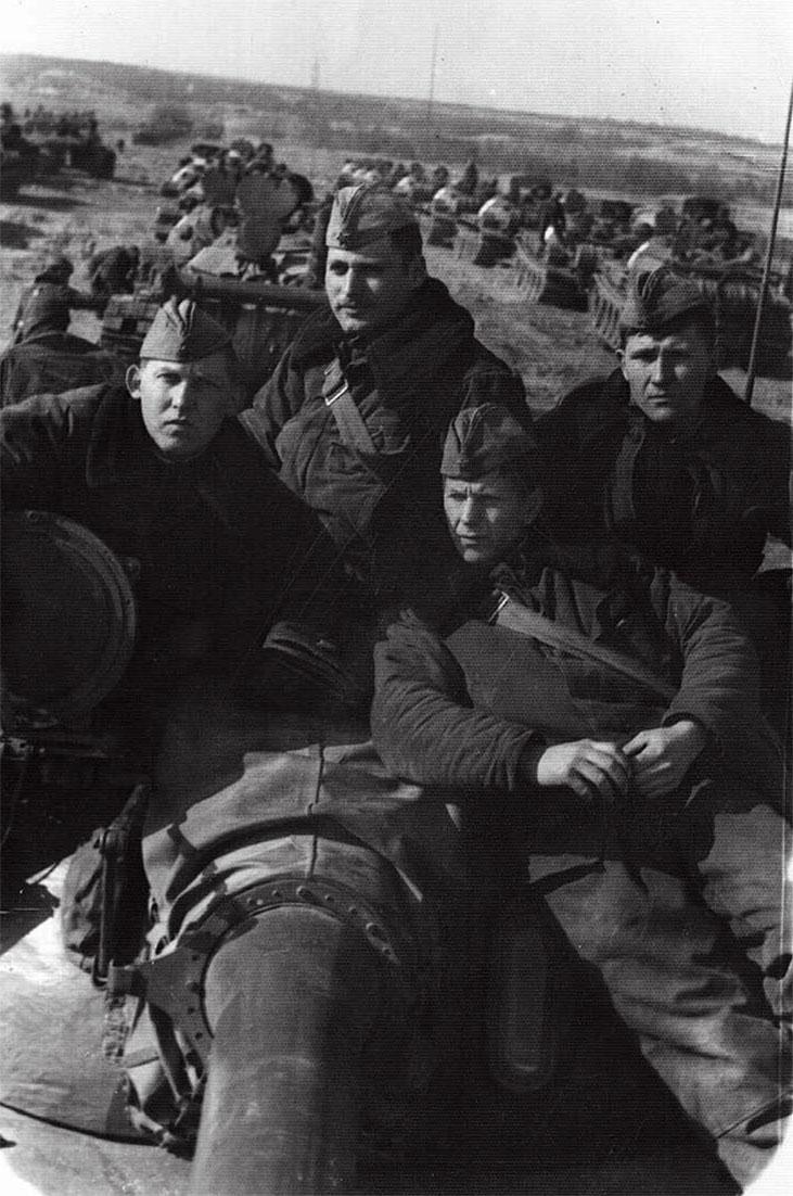 У западных открытых границ Чехословакии в процессе коротких привалов решались вопросы перегруппировки и передислокации танковых подразделений 14-й ТД. На башне во 2-м ряду крайний справа В. Кулешов