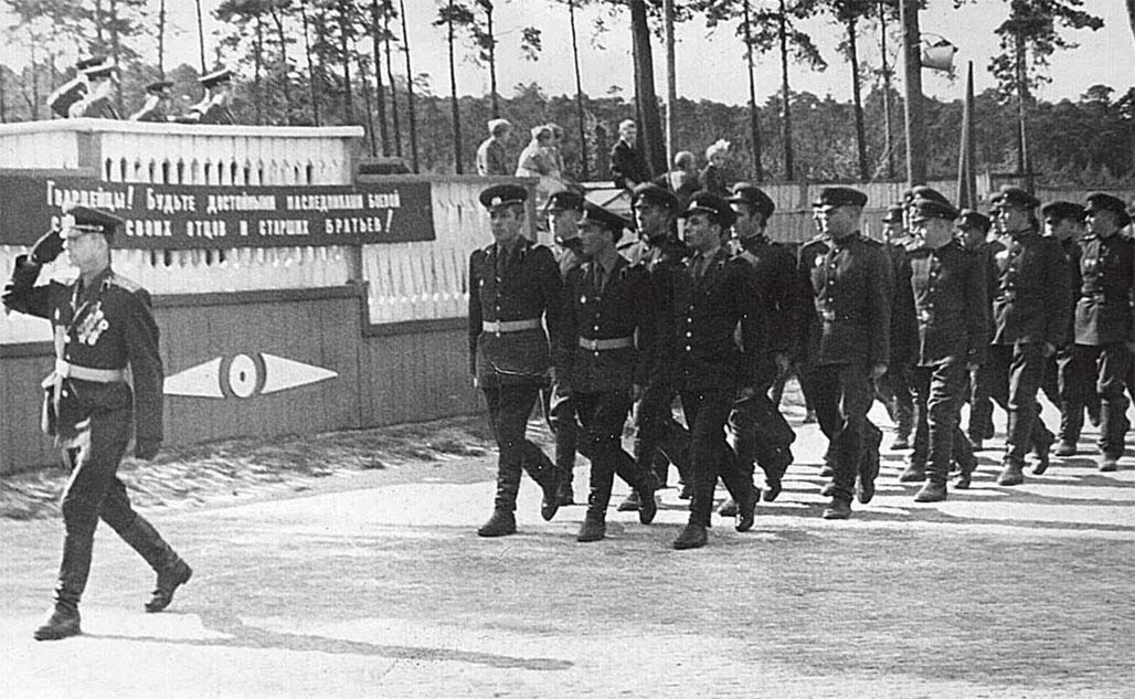 Группа Советских войск в Германии, гарнизон Нойслагер в районе г. Кенигсбрюка, 1968 г. Прохождение торжественным маршем личного состава 1-го ТБ после инструктажа и поставленных задач. Впереди - командир 3-й танковой роты 1-го ТБ капитан Давыдов, фронтовик, кавалер ордена Славы. В первой шеренге крайний справа - Маирко А.Г.
