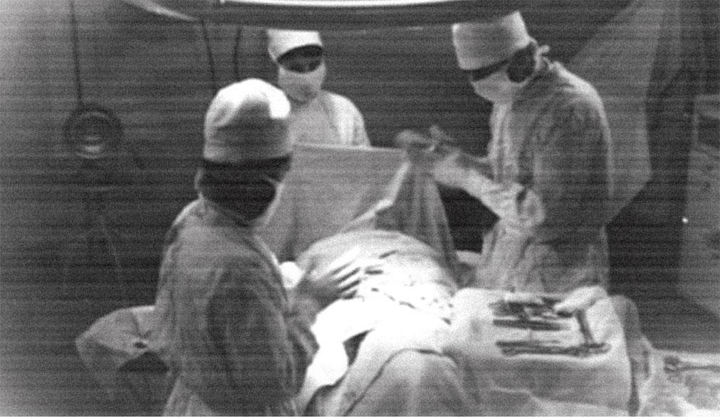 Вовремя оказать медицинскую помощь, поставить в строй бойца - это боевая работа военного хирурга. Оперирование военнослужащего в полевых условиях. Крайний справа: Сербин Е.К. август 1968 г. Чехословакия