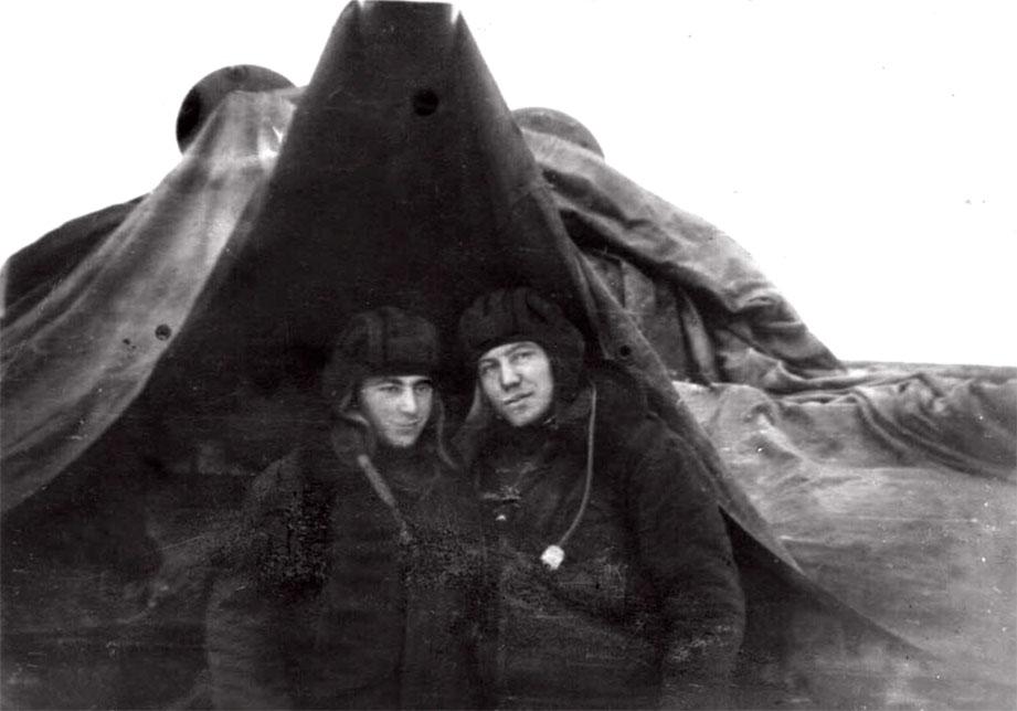 Под укрытием родной '62-ки'. Слева - Осипян П., справа Милиневский В. Район Ческе-Будеевице, октябрь 1968 года