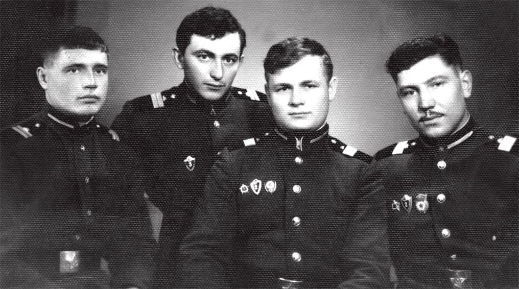 Экипаж машины боевой: слева направо: первый Евгений Липинг, второй - Петрос Осипян, третий - командир 2-го отделения (к сожалению, нет данных), четвертый - Виктор Милиневский. 1968 год, ЦГВ, ЧССР