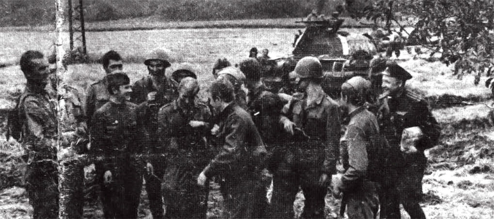 В ходе выполнения боевых задач в операции 'Дунай', встреча с военнослужащими Войска Польского на чехословацкой земле